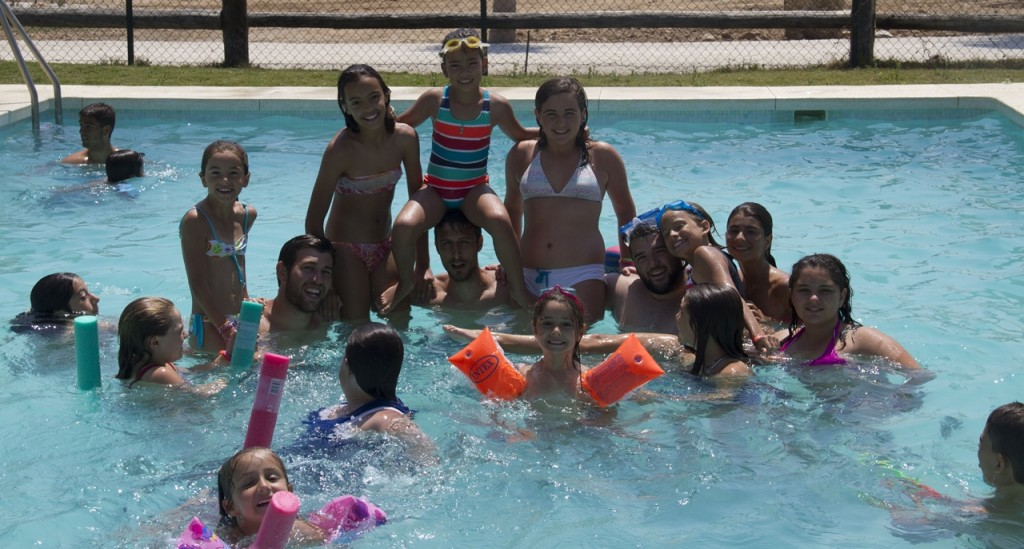 Juegos en la piscina campamento granja escuela malaga